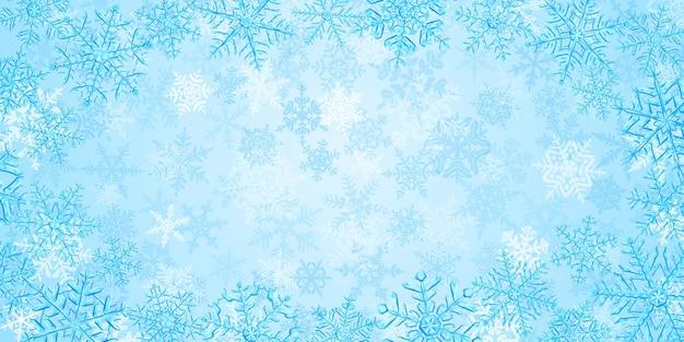 Ilustração de grandes flocos de neve de natal translúcidos e complexos em tons de azul claro, localizados abaixo, em um fundo com neve caindo