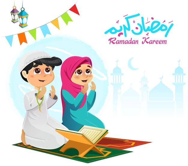 Ilustração de menino e menina muçulmanos orando com texto em árabe e dizendo o sagrado ramadã