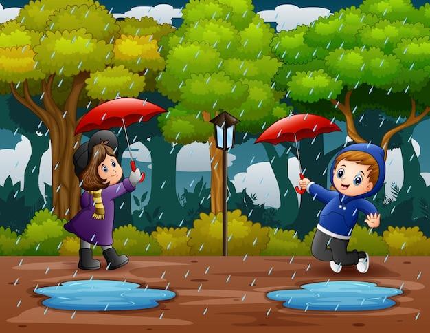 Ilustração de um menino e uma menina sob o guarda-chuva na chuva