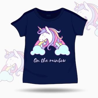Ilustração de unicórnio bonito na camiseta modelo de crianças
