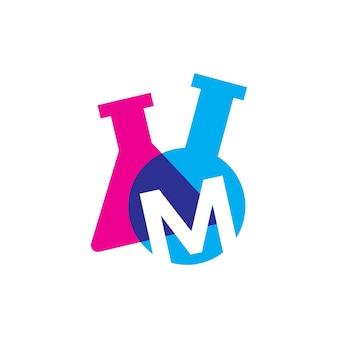 Ilustração do ícone do vetor do logotipo do copo de laboratório da letra m letra