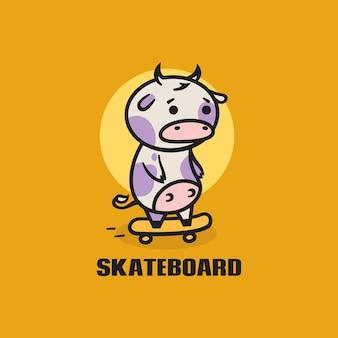 Ilustração do logotipo estilo simples da mascote do skate da vaca.