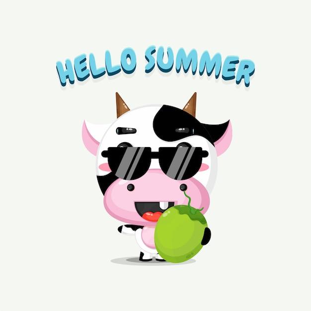Ilustração do mascote da vaca fofa carregando coco com saudação de verão