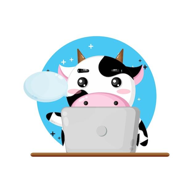 Ilustração do mascote da vaca fofa usando laptop