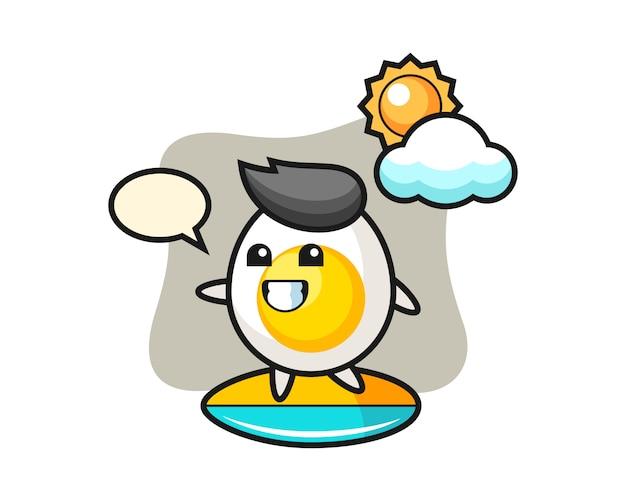 Ilustração dos desenhos animados de ovo cozido fazer surf na praia