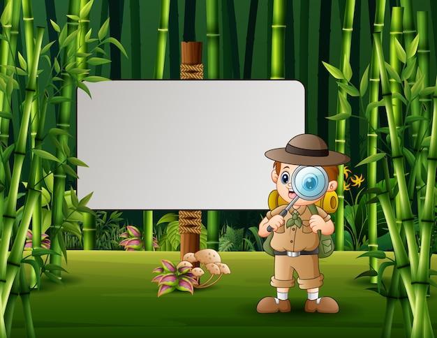 Ilustração dos desenhos animados do menino explorador em pé perto de uma placa em branco.