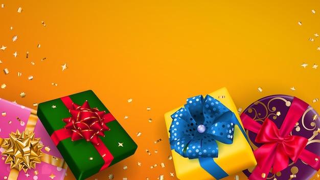 Ilustração em vetor de caixas de presente multicoloridas com fitas, laços e sombras, e pequenos pedaços brilhantes de serpentina em fundo laranja