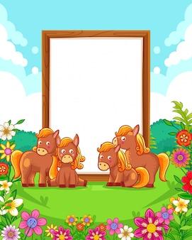 Ilustração em vetor de cavalos bonitos com sinal em branco de madeira no parque