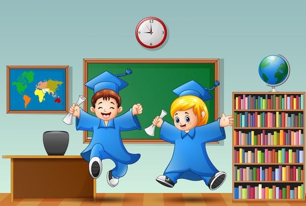Ilustração em vetor de formatura de menino e menina dos desenhos animados em uma sala de aula