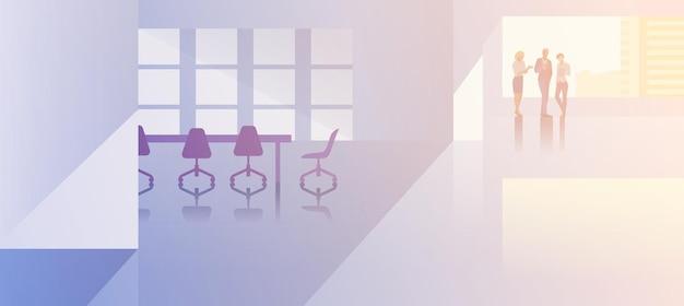 Ilustração em vetor design plano interior de espaço aberto do escritório. executivos em pé conversando na moderna sala de reuniões e conferências silhueta de empresários e empresária perto de uma janela grande