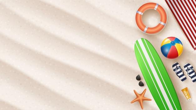Ilustração em vetor férias de verão com bola de praia, folhas de palmeira, prancha de surf em areias da praia.