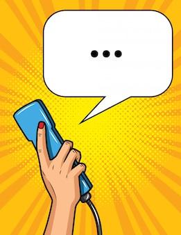 Ilustração no estilo da pop art, mão feminina está segurando um telefone receptor em amarelo pontilhado