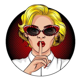 Ilustração vetorial de cor no estilo de quadrinhos pop art. uma mulher com cabelos loiros e lábios vermelhos. a mulher segura o dedo indicador na boca. a mulher mostra um sinal de silêncio. mulher de óculos vintage