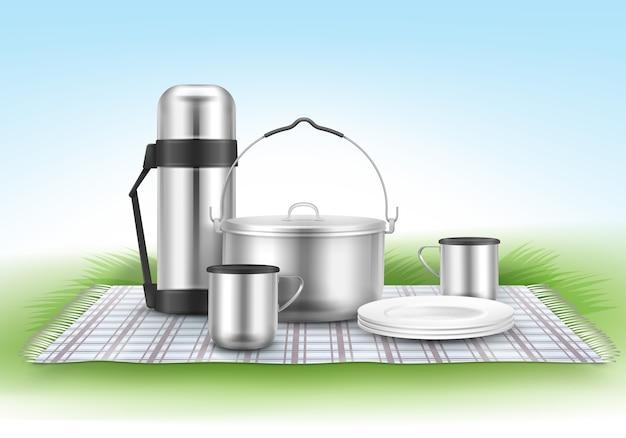 Ilustração vetorial de piquenique com cobertor xadrez, panela de acampamento, pratos, garrafa térmica e xícaras na grama