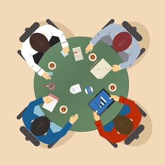 Ilustração vetorial de um grupo de quatro empresários tendo uma reunião sentados ao redor de uma mesa em uma discussão em equipe e sessão de brainstorming vista de cima