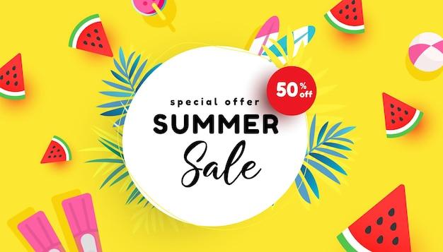 Ilustração vetorial de venda de verão com folhas tropicais, fatia de melancia e acessórios de praia