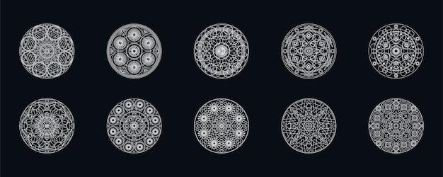 Ilustrações de vetor de mandalas geométricas de prata conjunto isoladas em preto. motivo tradicional. tatuagem boho
