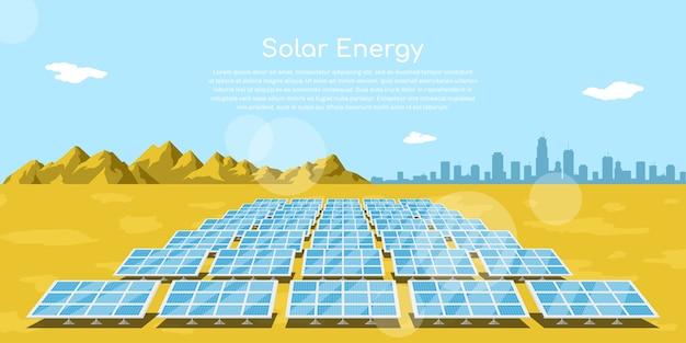 Imagem de baterias solares em um deserto com montanhas e a silhueta de uma grande cidade no fundo, conceito de energia solar renovável