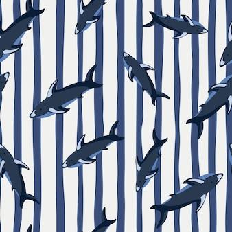 Impressão de padrão sem emenda de oceano animal com silhuetas de tubarão aleatórias. fundo listrado. estilo doodle.