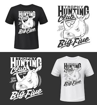 Impressão de t-shirt com cabeça de rinoceronte, mascote, dois animais rinoceronte com chifres para vestuário. mamífero da savana africana com raiva, impressão de camisa de rinoceronte. safari tour, troféu de caça, clube esportivo