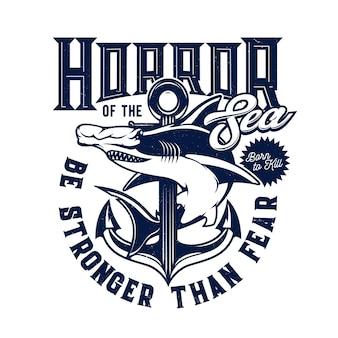 Impressão de t-shirt com tubarão cabeça de martelo e mascote âncora para clube marinho, animal predador do mar e tipografia azul sobre fundo branco. equipe de aventura no oceano, emblema de camiseta de tubarão para design de roupas