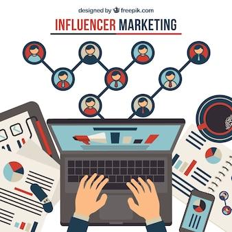 Influência do conceito de marketing com as mãos digitando no laptop