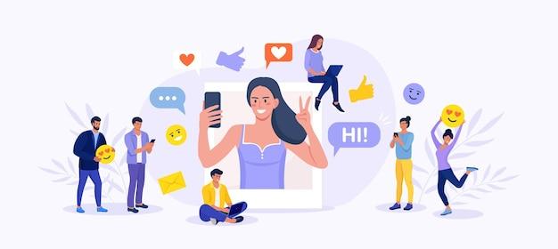 Influenciador de mídia social no trabalho. mulher com telefone tirando foto de si mesma para ser postada online e das pessoas, seguidores ao seu redor. promoção de rede, smm para promover ativamente o blog na internet Vetor Premium