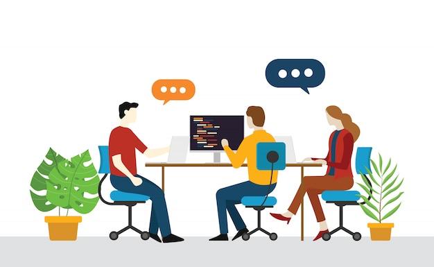 Inicialização de equipe de engenheiro programador discutir no escritório