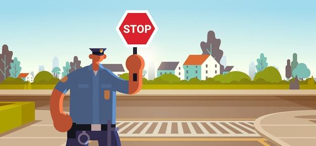 Inspetor de polícia segurando o sinal de parada policial oficial em uniforme autoridade de segurança tráfego rodoviário regulamentos de serviço conceito plana retrato horizontal