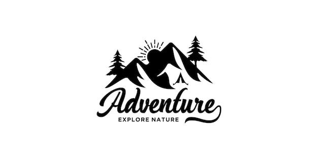 Inspiração de design de logotipo de montanha, aventura, cipreste e sol para viagens de aventura