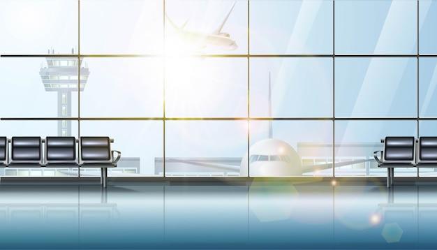 Interior da área de espera do terminal do aeroporto, com grandes janelas e avião e cadeiras para espera.