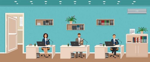 Interior da sala de escritório com três locais de trabalho, empregado de trabalho e porta do lado de fora. trabalhadores sentados nas mesas.