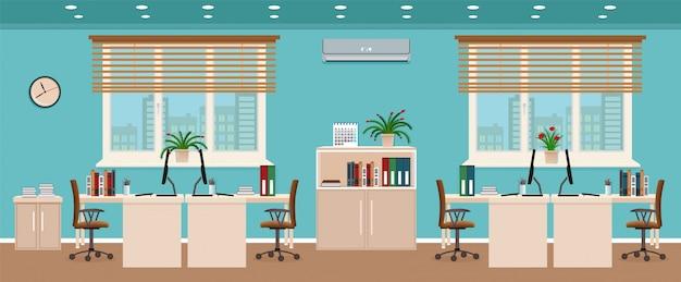 Interior da sala de escritório, incluindo quatro espaços de trabalho com vista da cidade fora da janela.