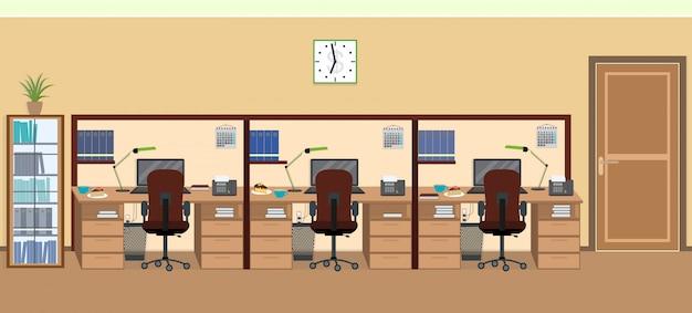 Interior da sala de escritório, incluindo três espaços de trabalho isolados com móveis.