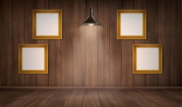 Interior da sala de madeira com quadros e lâmpada