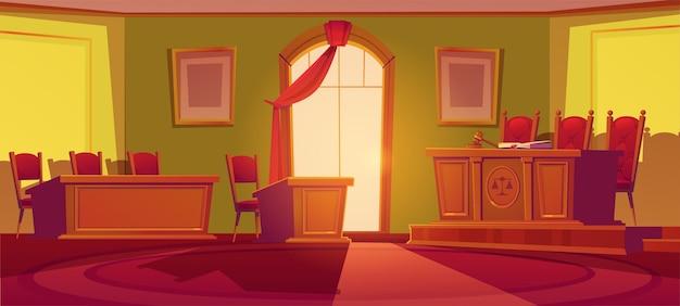 Interior da sala do tribunal com mesa de madeira com balança e martelo de madeira, cadeiras, janela em arco com cortina vermelha e lugares para juiz