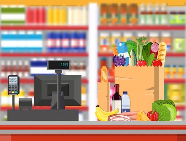 Interior de loja de supermercado com mercadorias.