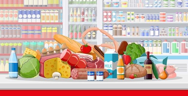 Interior de loja de supermercado com mercadorias