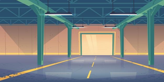 Interior do armazém vazio com portões de rolo quebrado