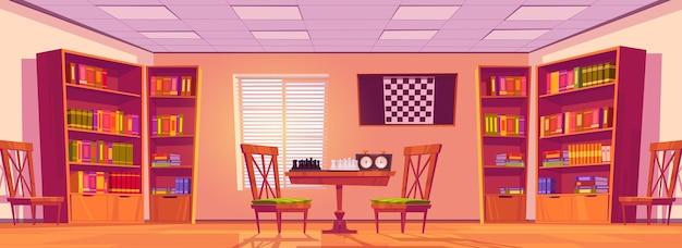 Interior do clube de xadrez com tabuleiro, peças e relógio na mesa, cadeiras e estantes com livros