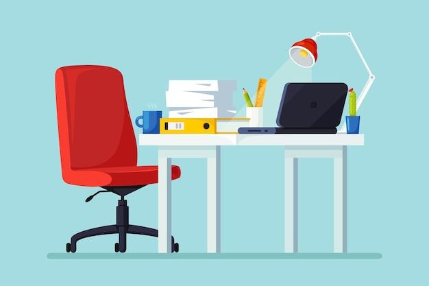 Interior do escritório com mesa, cadeira, computador, laptop, documentos, abajur. local de trabalho para trabalhador, empregado
