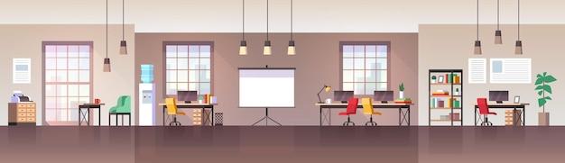 Interior do escritório. local de trabalho moderno com mobília, cadeira, mesa e computador, ambiente de trabalho, espaço de trabalho vazio, sala de coworking freelance, plano de fundo do panorama horizontal do vetor plano