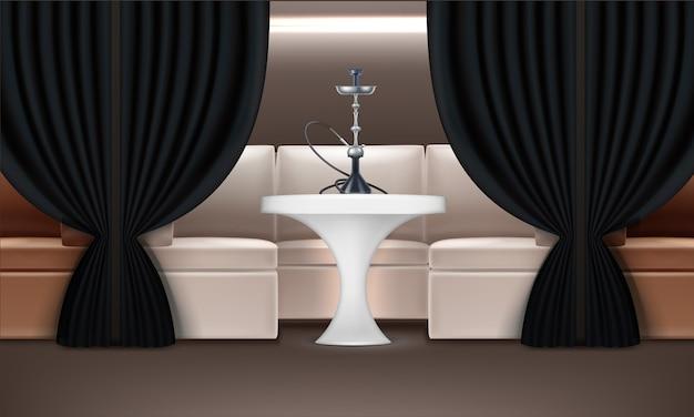 Interior do lounge com narguilé com poltronas, mesa iluminada, cortinas escuras e shisha