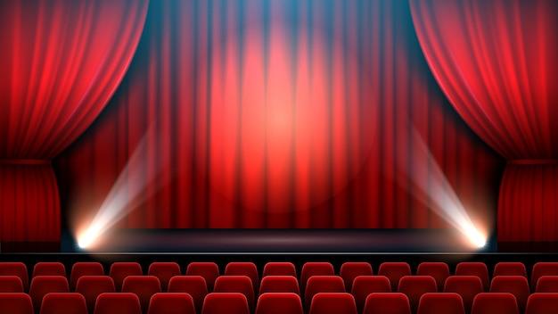 Interior do palco do espetáculo de teatro com cortina vermelha, holofote e cadeiras de teatro