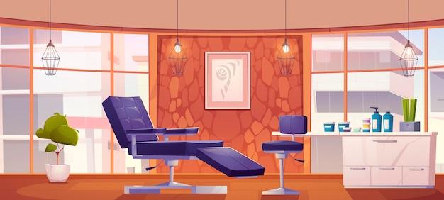 Interior do salão de tatuagem com cadeiras e cosméticos