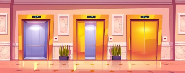 Interior luxuoso do corredor com portas douradas do elevador, parede de mármore e plantas.