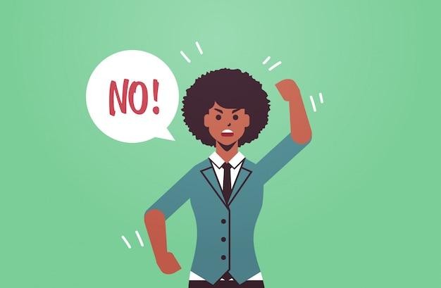 Irritado infeliz mulher dizer balão de discurso com nenhum grito exclamação negação conceito furioso menina afro-americana levantando mão retrato horizontal