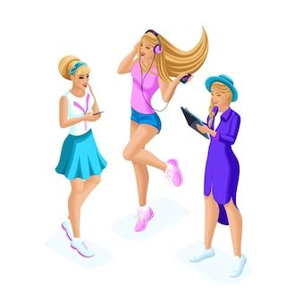 Isometria de adolescentes, geração z, comunicam-se nas redes sociais são amigáveis, conversam, compartilham segredos através de gadgets, telefones, tablets