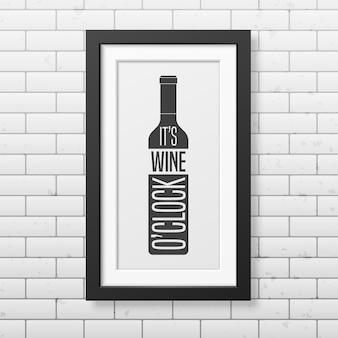It is wine o clock - cite a tipografia em uma moldura quadrada preta realista na parede de tijolos