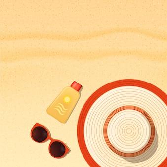 Itens de proteção solar na praia de areia, protetor solar, óculos de sol e fundo de chapéu
